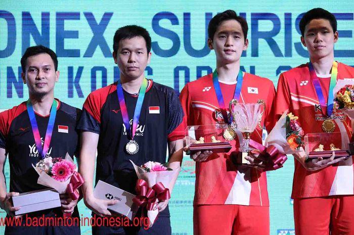 Mohammad Ahsan/Hendra Setiawan dan Choi Sol-gyu/Seo Seung-jae (Korea Selatan) saat naik podium ganda putra Hong Kong Open 2019, di Hong Kong Coliseum, MInggu (17/11/2019).