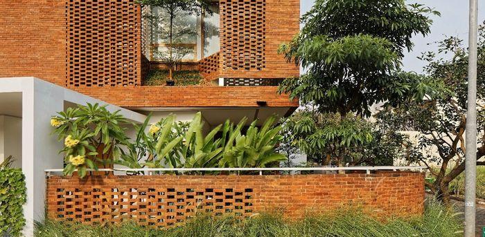Bata merah diaplikasikan pada pagar dan fasad dengan olahan pada pemasangannya.