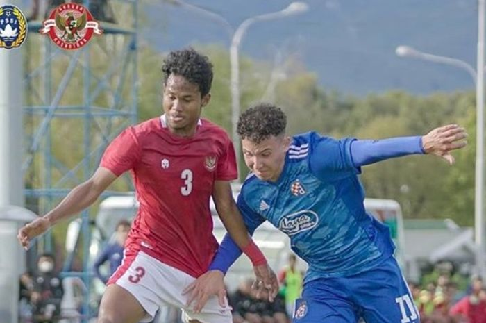 Pemain Timnas U-19 Indonesia, Bagas Kaffa berduel dengan salah satu pilar Dinamo Zagreb, 28 September 2020