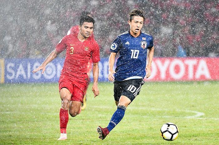 Pemain timnas U-19 Jepang Hiroki Abe dijaga ketat pemain timnas U-19 Indonesia, Asnawi Mangkualam Bahar, pada laga perempat final Piala Asia U-19 2018 di Stadion Utama Gelora Bung Karno, Jakarta, Minggu (28/10/2018).