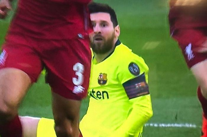 Mega bintang Barcelona, Lionel Messi usai kepalanya kena toyor bek kiri terbaik Liga Inggris, Andrew Robertson.