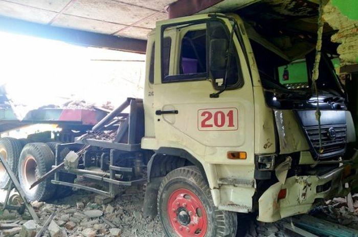 Sebuah truk trailer kehilangan kendali dan menghancurkan rumah di Kendal, Jawa Tengah
