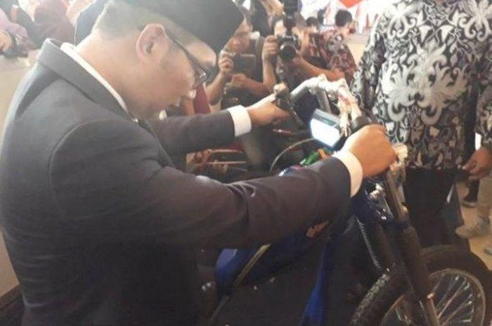 Ridwan Kamil menjajal motor listrik bikinan anak Bali
