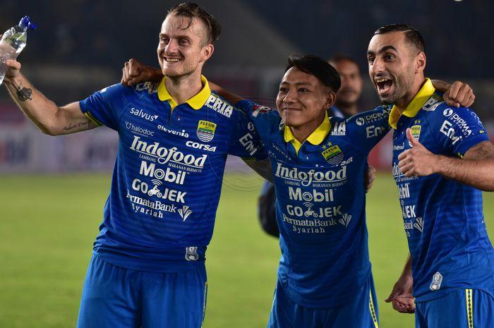 Pemain Persib Bandung, Rene Mihelic, Beckham Putra Nugraha, dan Artur Gevorkyan, saat merayakan kemenangan timnya atas Persipura Jayapura pada pekan pertama Liga 1 2019.