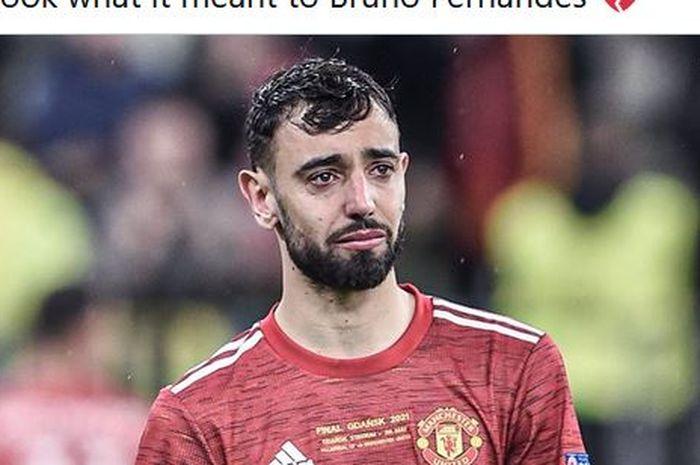 Gelandang Manchester United, Bruno Fernandes, menangis usai timnya dikalahkan Villarreal dalam laga final Liga Europa di Stadion Gdansk, Rabu (26/5/2021).