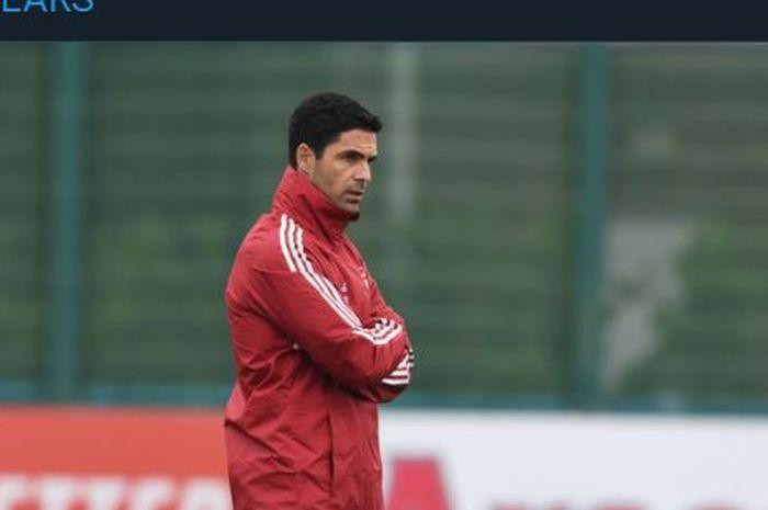 Pelatih Arsenal, Mikel Arteta, saat memimpin sesi latihan.
