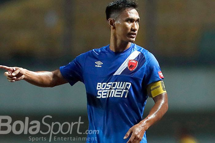 Zulkifli Syukur saat berlaga dengan mengenakan ban kapten PSM Makassar.