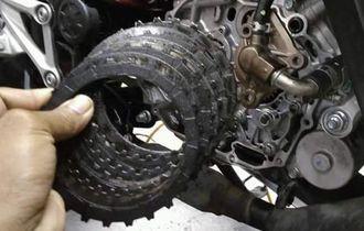 Tarik Handel Kopling Saat Panaskan Motor, Faktanya Bikin Kampas Kopling Awet