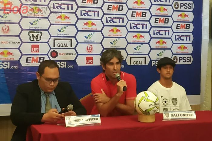 Pelatih dan pemain Bali United, Stefano Cugurra serta Irfan Bachdim saat memberikan keterangan pers di Hotel Ibis Style, Cikarang, Sabtu (4/5/2019).