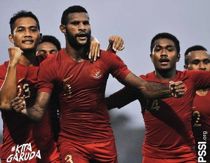 Marinus merayakan golnya pada pertandingan uji coba melawan Madura United.