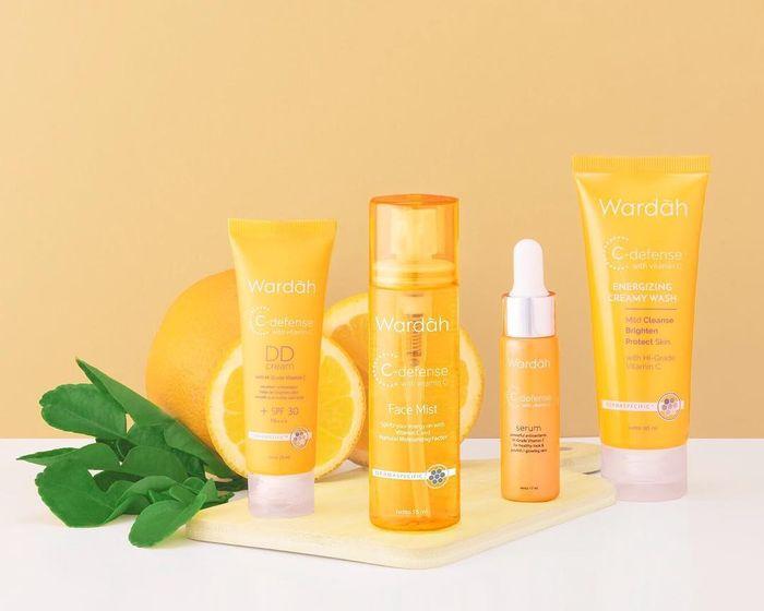 Rangkaian skincare yang mengandung vitamin C untuk mencerahkan kulit wajah: Wardah C-Defense Series.
