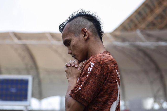Pemain Persija Jakarta, Riko Simanjuntak, berdoa sebelum jalani warming up untuk persiapan hadapi Bali United di Stadion Wibawa Mukti, Cikarang, Minggu (5/5/2019).
