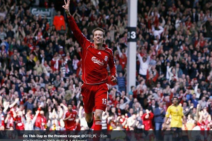 Penyerang jangkung Liverpool, Peter Crouch melakukan selebrasi usai mencetak hat-trick ke gawang Arsenal pada laga 31 Maret 2007 di Stadion Anfield.