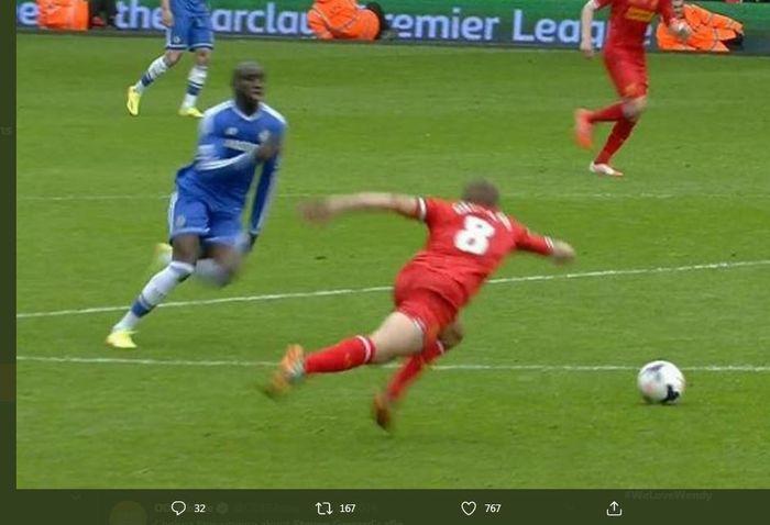 Momen Steven Gerrard terpeleset dalam duel Liverpool kontra Chelsea di Liga Inggris musim 2013-2014.