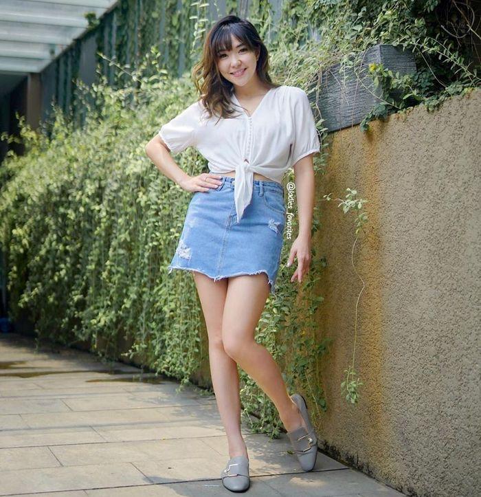 Gaya kasual seksi Gisel kenakan paduan crop top dan rok mini