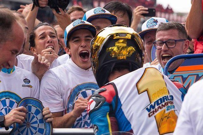 Pembalap Repsol Honda, Marc Marquez, turut merayakan keberhasilan sang adik, Alex Marquez, meraih gelar juara dunia Moto2 2019 di Sepang, Malaysia, Minggu (3/11/2019).