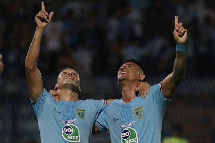 Selebrasi pemain Persela Rafinha (kiri) dan Alex dos Santos (kanan) usai mencetak gol ke gawang PS Tira-Persikabo pada pekan ke-16 Liga 1 2019 di Stadion Surajaya, Lamongan, Minggu (25/8/2019).