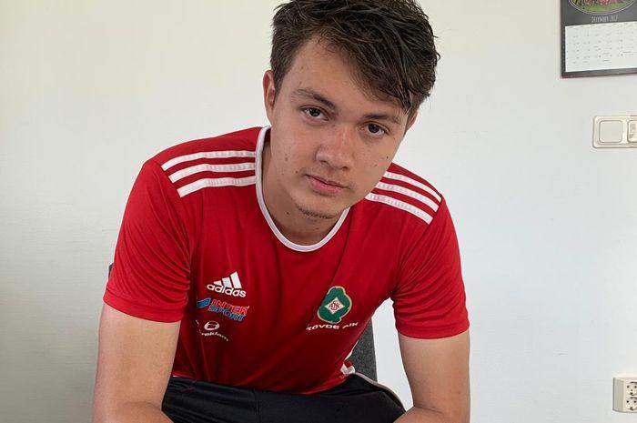 Pemain Indonesia, Paul Aro saat dirinya menandatangani kontrak bersama klub asal Swedia, Skovde AIK.