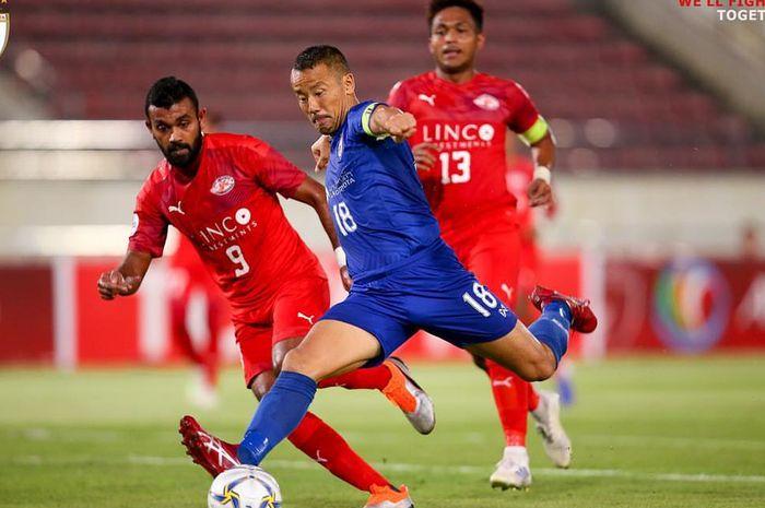 Penyerang asing Lao Toyota, Kazuo Honma saat mencoba melepas tendangan ke gawang Home United, di Stadion New Laos National, Vientiane, Laos, Rabu (17/4/2019).