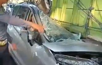 Mitsubishi Xpander Teriris Setengah Bodi, Menancap Di Kolong Truk