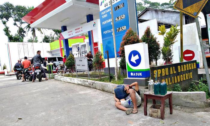 Viral sebuah foto seorang pria mengadu nasib membuka lapak tepat di depan pintu SPBU untuk berjualan bensin eceran.