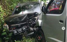 Toyota Rush Terhimpit Tebing, Ringsek Adu Wajah Lawan Gran Max