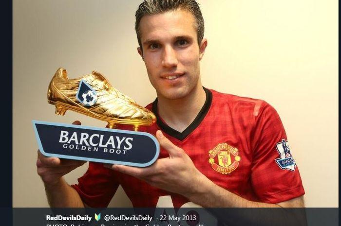 Robin van Persie dengan Sepatu Emas Liga Inggris saat memperkuat Manchester United.