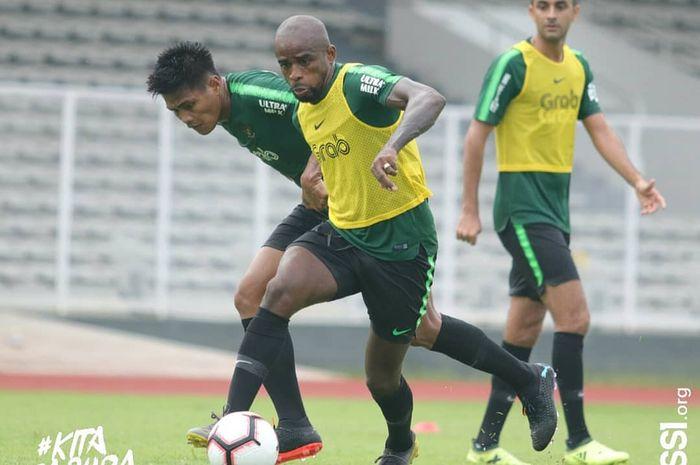 Greg Nwokolo diadang Fachruddin Aryanto dalam latihan perdana timnas Indonesia di bawah asuhan Simon McMenemy di Stadion Madya, Jakarta, Kamis (7/3/2019).