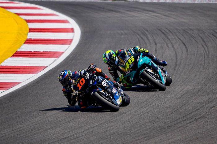 Pembalap gaek MotoGP, Valentino Rossi (belakang) saat berduel dengan muridnya, Luca Marini.