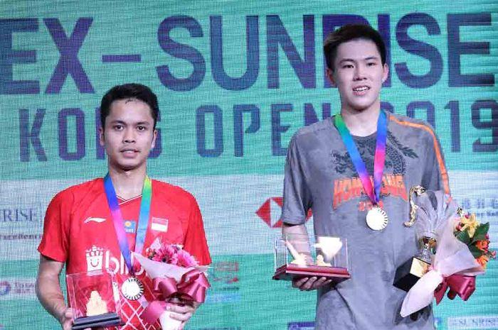 Pebulu tangkis tunggal putra Indonesia, Anthony Sinisuka Ginting bersama Lee Cheuk Yiu dalam penyerahan trofi pada Hong Kong Open 2019, 17 November 2019.