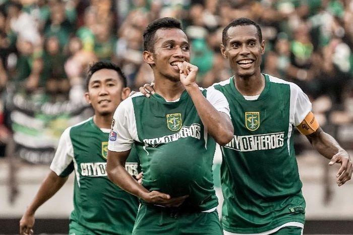 Winger Persebaya Surabaya, Irfan Jaya, saat merayakan gol yang dicetak ke gawang Persinga Ngawi pada babak 32 besar Piala Indonesia 2018.