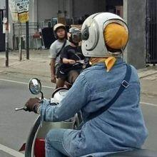 Bikin Geleng Kepala, Aksi Emak-emak Pengendara Motor Pakai Helm Cepol Ini Kelewat Kreatif Tapi Berbahaya!