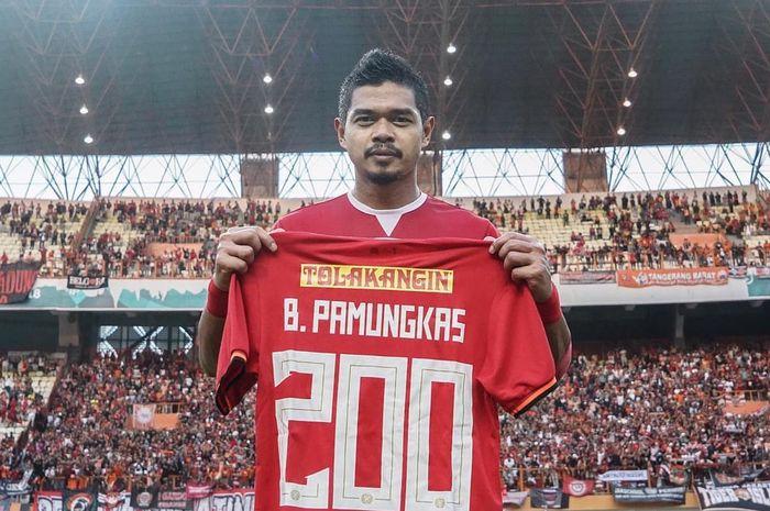 Legenda timnas Indonesia, Bambang Pamungkas, menilai sepak bola Indonesia sulit maju karena ada pola pikir dan pola kerja yang bermasalah.
