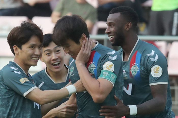 Para pemain Jeonbuk Motors merayakan gol sang kapten, Lee Dong-gook (nomor 20), setelah tak sengaja mencetak gol dengan wajah di laga melawan Suwon Bluewings, Minggu (23/6/2019)