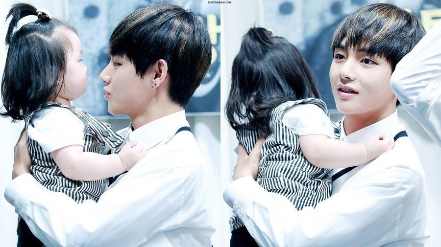 V BTS saat menggendong bayi di jumpa fans bersama ARMY