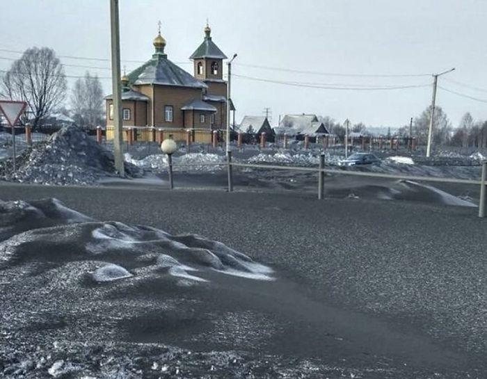 Prokopyevsk, Kiselyovsk, dan Leninsk adalah beberapa kota di Russia yang tertutup salju hitam.