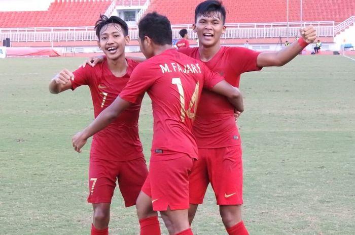 Pemain-pemain timnas U-18 Indonesia, Fajar Fatchur Rachman, Beckham Putra Nugraha, Sultan Diego Zico ke gawang timnas U-18 Myanmar, di Stadion Thong Nhat, Vietnam, Senin (19/8/2019).