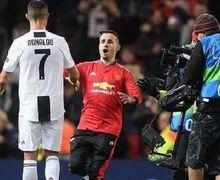 Petugas Keamanan Malah Ikut Berpose Ketika Mengamankan Fan yang Menerobos Lapangan demi Selfie dengan Cristiano Ronaldo