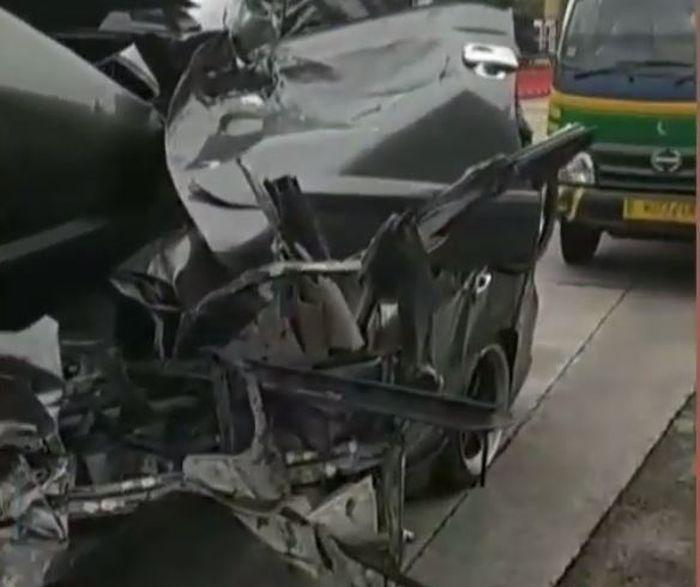 Kondisi Bodi samping Nissan Grand Livina Usai seruduk pantat truk di tol Bawen