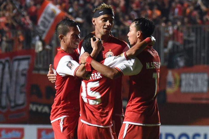Pemain Persija Jakarta merayakan gol melawan Borneo FC.