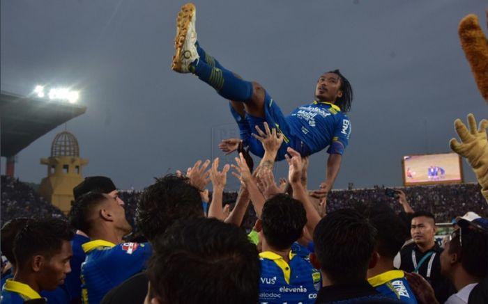 Momen saat Hariono diangkat pemain <a href='https://batam.tribunnews.com/tag/persib' title='Persib'>Persib</a> Bandung dalam seremoni perpisahan yang digelar pada pekan terakhir Liga 1 2019, Minggu (22/12/2019)