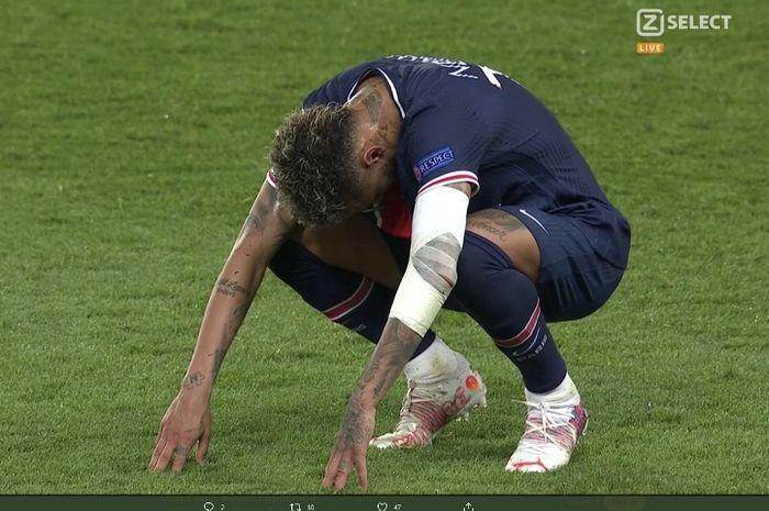 Ekspresi kecewa Neymar usai PSG kalah 1-2 dari Manchester City pada leg pertama semifinal Liga Champions 2020-2021.