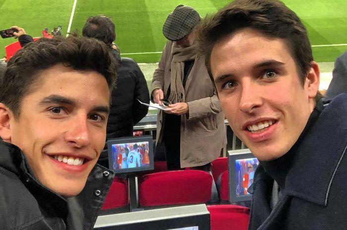 Marc Marquez dan Alex Marquez menyaksikkan pertandingan Copa Del Rey antara Barcelona dan Sevilla di Stadion Camp Nou, Barcelona, Kamis (31/1/2019).