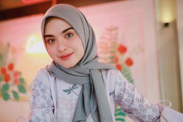 5 Tutorial Hijab Segi Empat Sederhana Dan Modis Ala Vebby Palwinta Yang Mudah Kamu Contek Grid Id