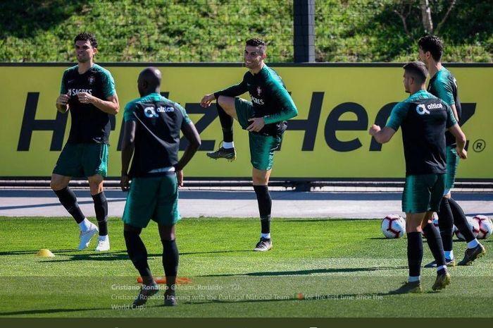 Cristiano Ronaldo menjalani sesi latihan bareng timnas Portugal.