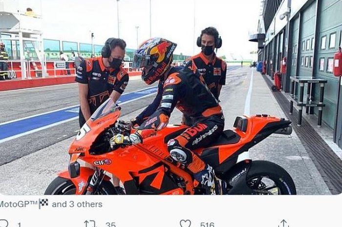 Calon debutan MotoGP 2022, Raul Fernandez, di atas motor KTM Tech3 pada tes Misano.