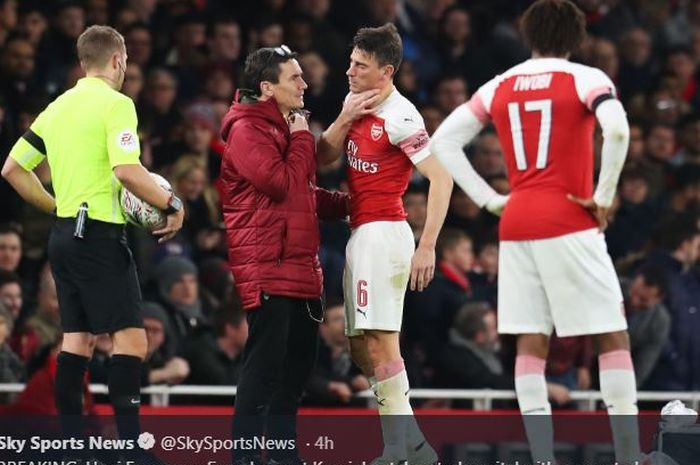 Kapten Arsenal, Laurent Koscielny, mengalami cedera rahang saat menghadapi Manchester United dalam l