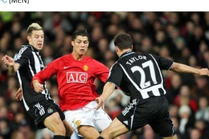 Aksi Cristiano Ronaldo saat melawan Newcastle United pada 2008.