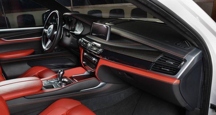Kabin BMW X6M dengan lapisan kulit merah