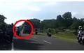 Fenomena Truk Oleng Berujung Kecelakaan, Tabrak Pemotor yang Melintas